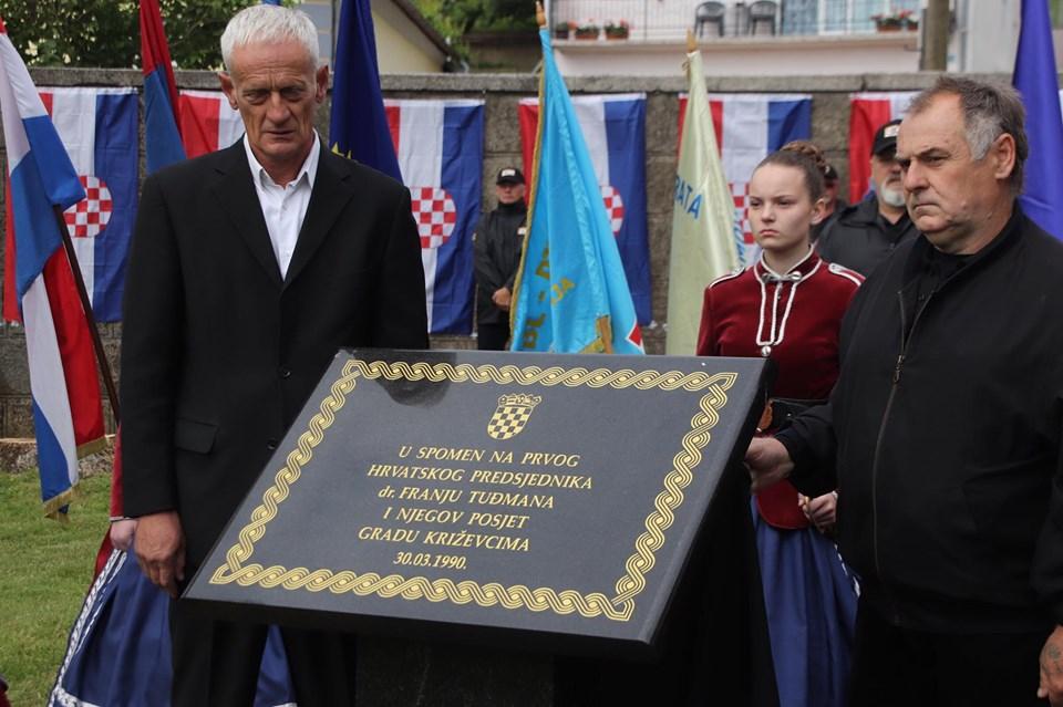 🖼️|🎦 Hrvatski branitelji u Križevcima otkrili spomen ploču prvom predsjedniku Republike dr. Franji Tuđmanu