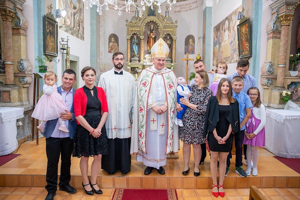 Biskup Vlado Košić krstio šesto dijete obitelji Majcen