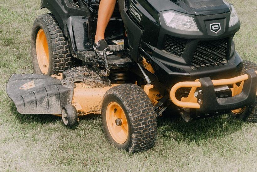 TEŠKO OZLIJEĐEN Traktorska kosilica prešla preko 66-godišnjaka