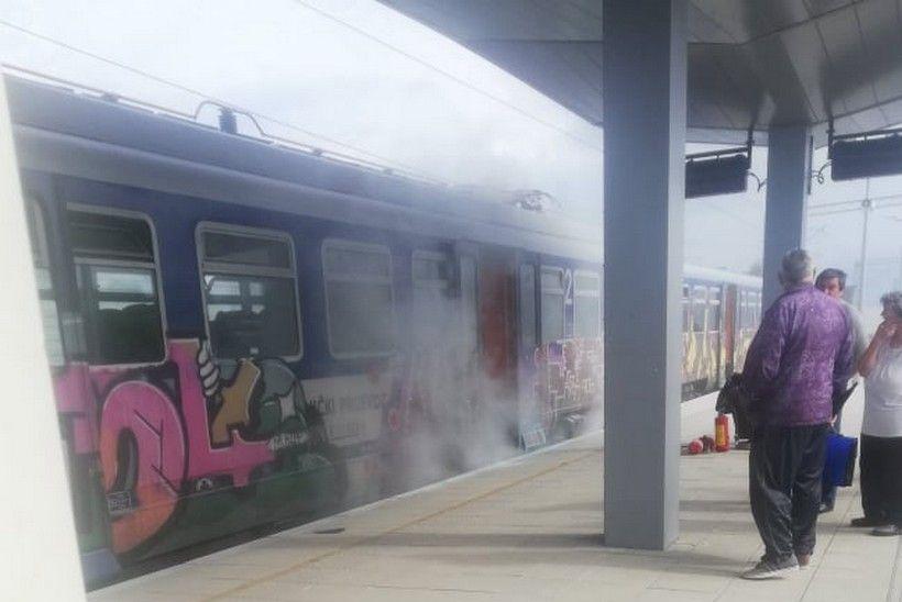 """PUTNICI U ŠOKU Trebaju ući u vlak koji """"gori"""""""