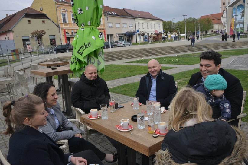 Čelni ljudi grada sa suprugama na kavi, SDP-ovci na fotkanju