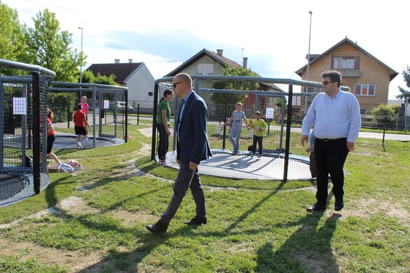 U Grdenićevoj ulici u Križevcima otvoren Trampolin park; Gradonačelnik Rajn: Križevačka djeca danas stvarno imaju razloga za posjećivati dječja igrališta