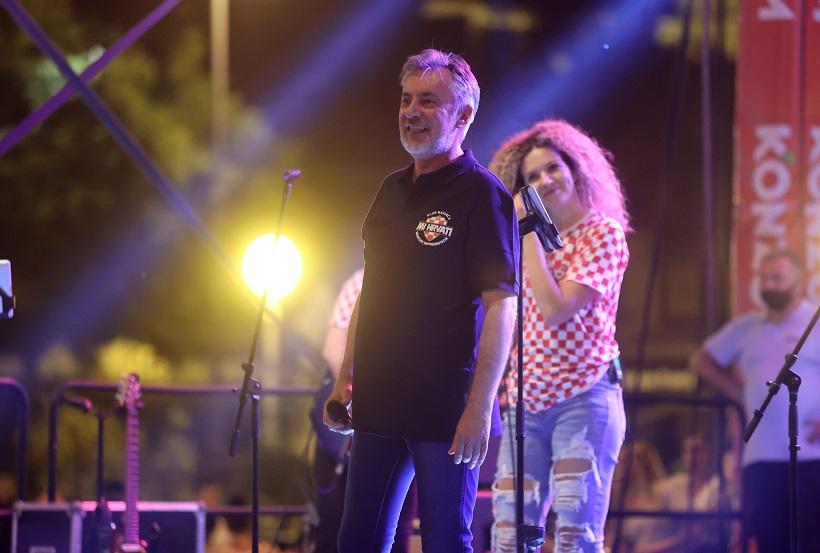 Miroslav Škoro pjevao na Trgu bana Josipa Jelaćića nakon utakmice Hrvatska - Škotska