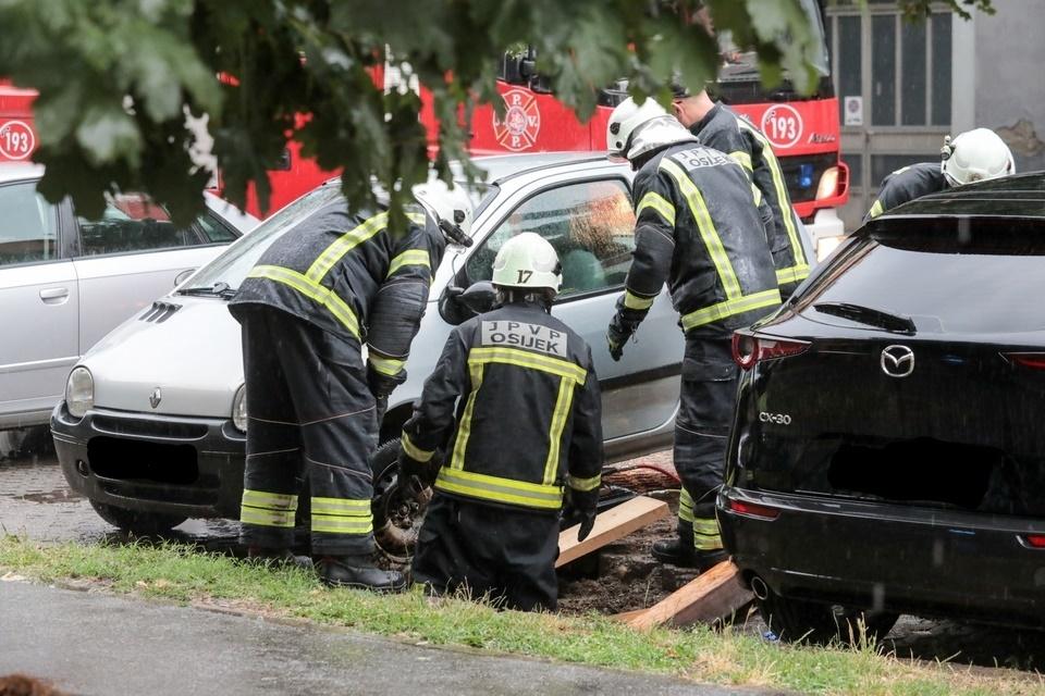 Dramatične scene iz Osijeka: Vatrogasci izvlačili auto ispod kojeg se otvorila rupa