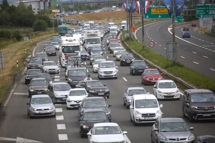 OGROMNE KOLONE PREMA MORU Vozi se usporeno, a na graničnim prijelazima i višesatna čekanja