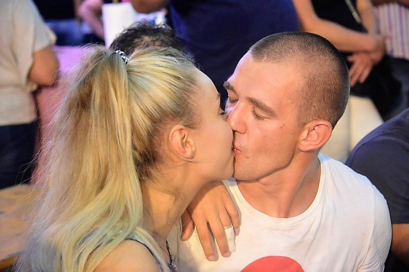 Strastveni poljubac na koncertu Ivana Zaka