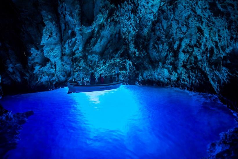 Modra špilja – najpoželjniji turistički izlet u Dalmaciji