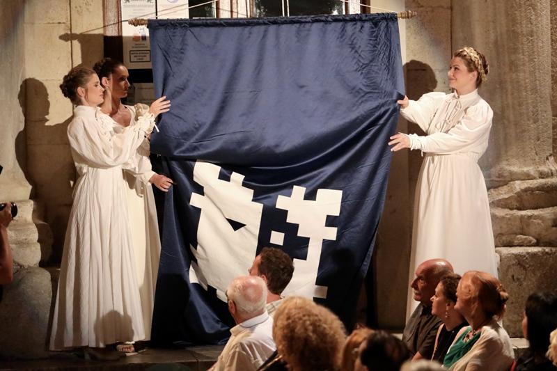 Na Peristilu podignuta zastava 67. Splitskog ljeta