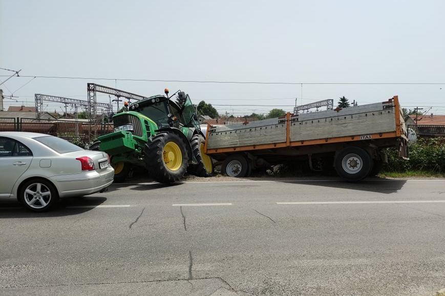 Izletio traktor s prikolicom; promet se odvija usporeno