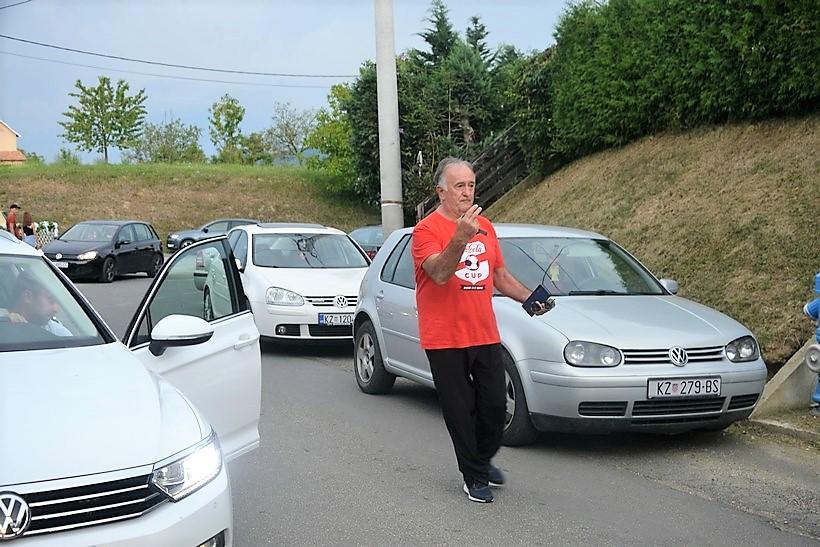 🎦 Stevo Brujić zamijenio prometnu policiju, pokazao i nekoliko kartona