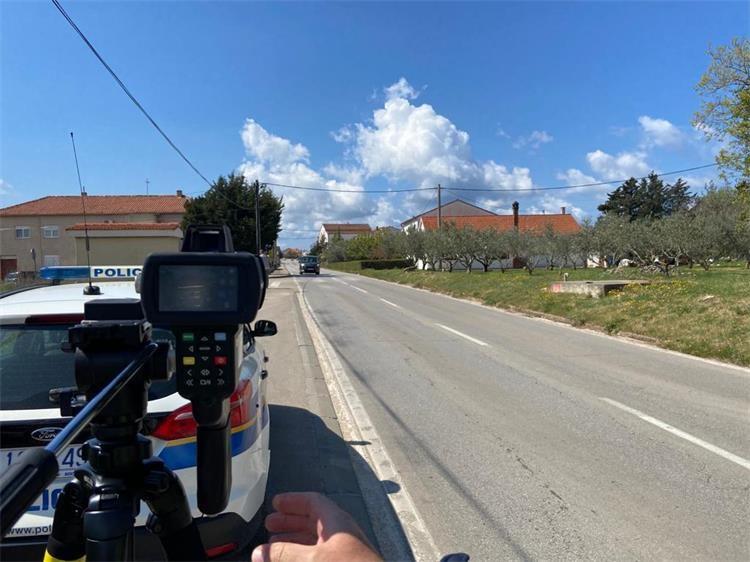 Mirnim naseljem vozio 121 km/h; policija ga 'snimila'