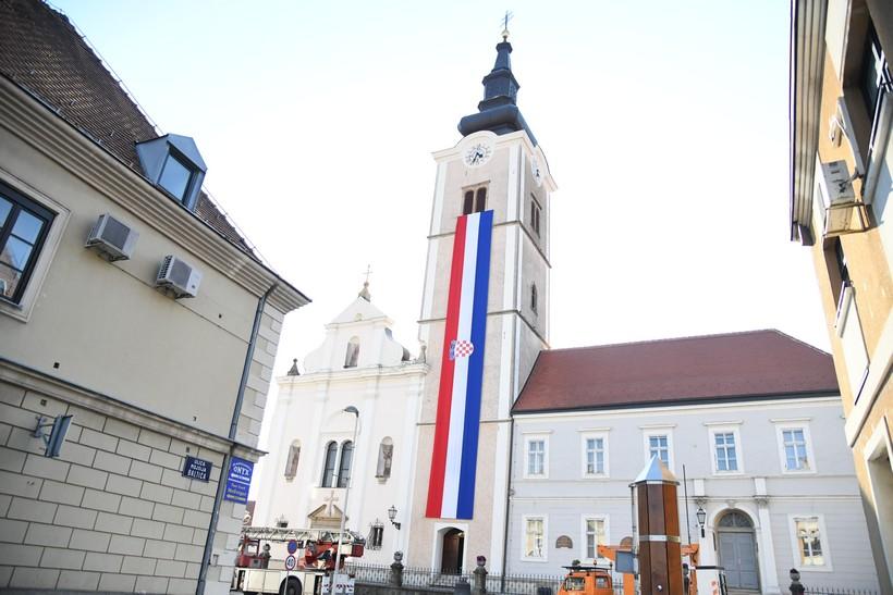 Divovska hrvatska zastava na crkvi sv. Ane u Križevcima