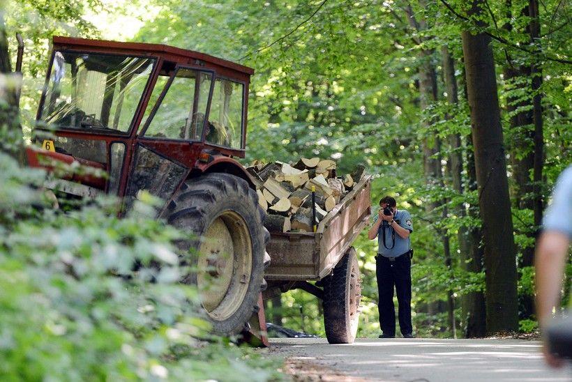 Neregistriranim traktorom prevozio drva na neregistriranoj prikolici