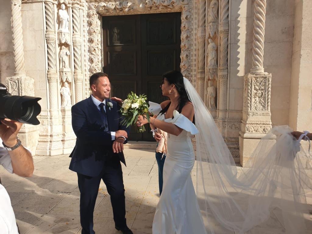🖼️ Oženio se direktor Nogometnog kluba Slaven Belupo Aleksandar Aleksovski, na izlasku iz crkve mladence dočekala bakljada