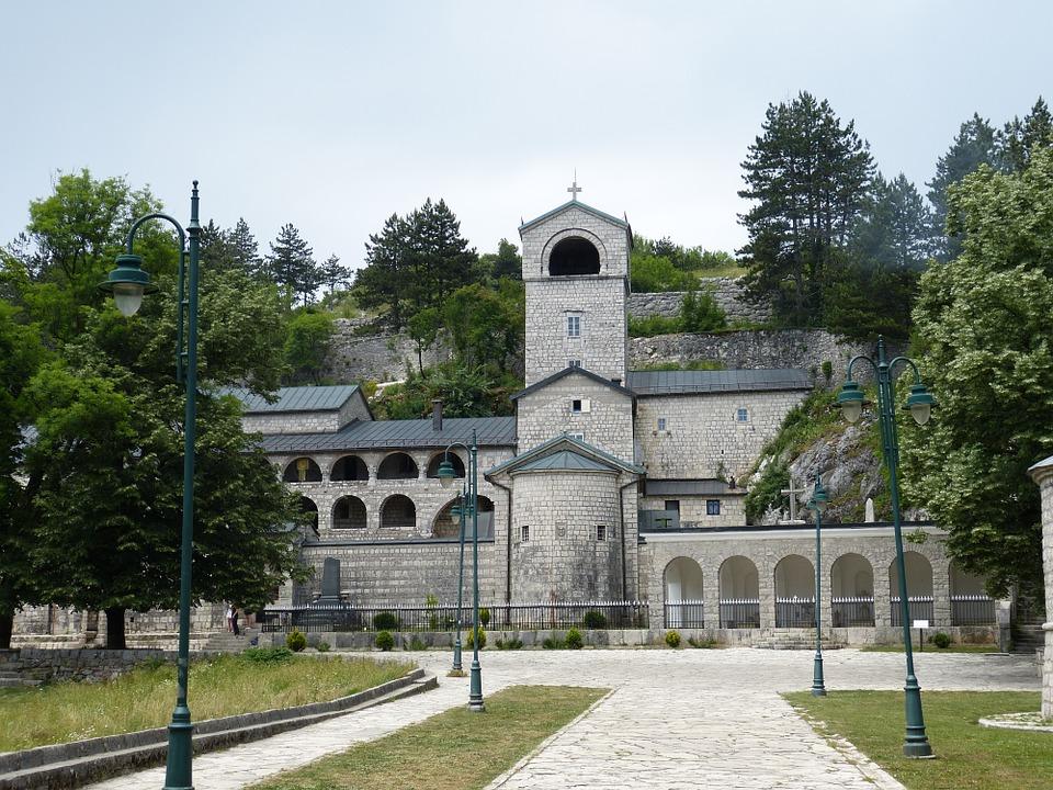 Mitropolit SPC u Crnoj Gori, uprkos prosvjedima ustoličen na Cetinju
