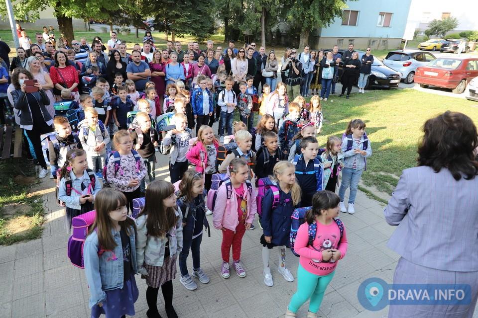 PRVI DAN ŠKOLE Gradonačelnik Jakšić pozdravio nove učenike OŠ Đuro Ester