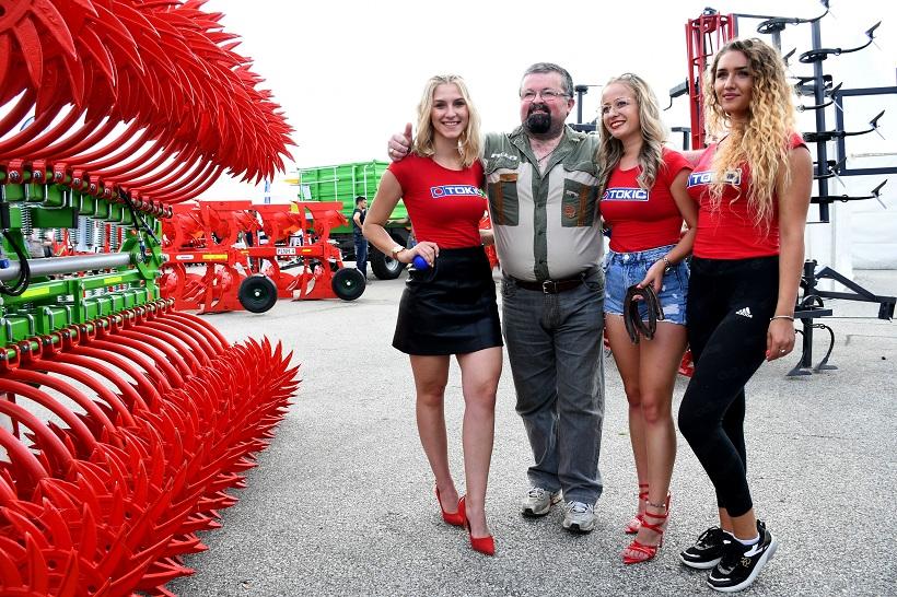 Brojni posjetitelji na Jesenskom sajmu u Gudovcu žele fotku s prelijepim hostesama