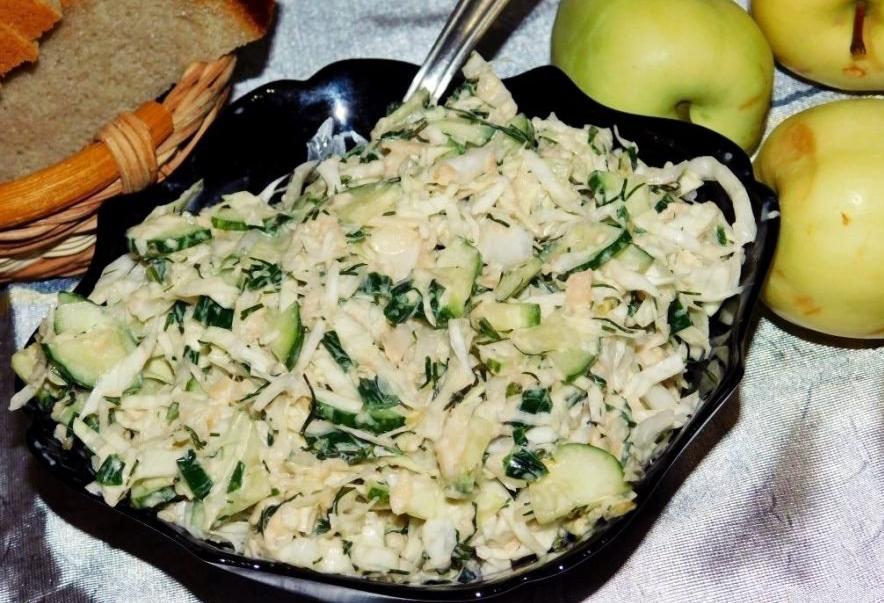 Простой салат с капустой и яблоками