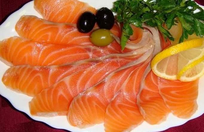 粉红色三文鱼,通过腌制混合物磨碎