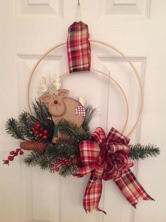 Vánoční dekorace na vchodové dveře z dřevěného kruhu