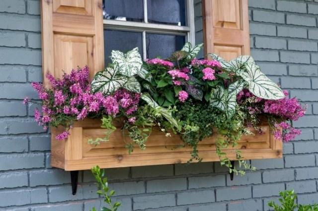 Okenní a balkonová výzdoba pomocí truhlíků s květinami