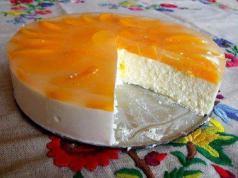 Recept na nepečený koláč s tvarohem, mandarinkami a zakysanou smetanou!
