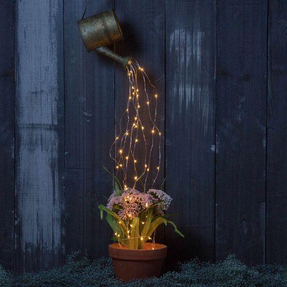Přidejte do venkovních květináčů obyčejná světýlka a rozzařte tak zahradu!