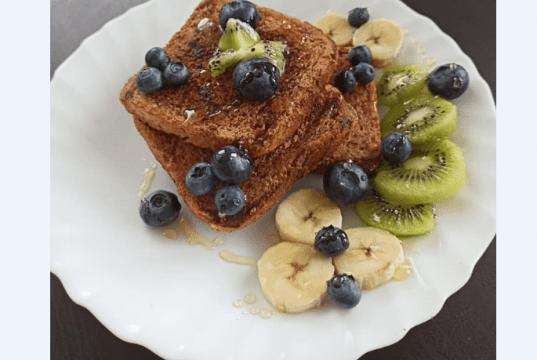 Celozrnné francouzské tousty s ovocem a medem