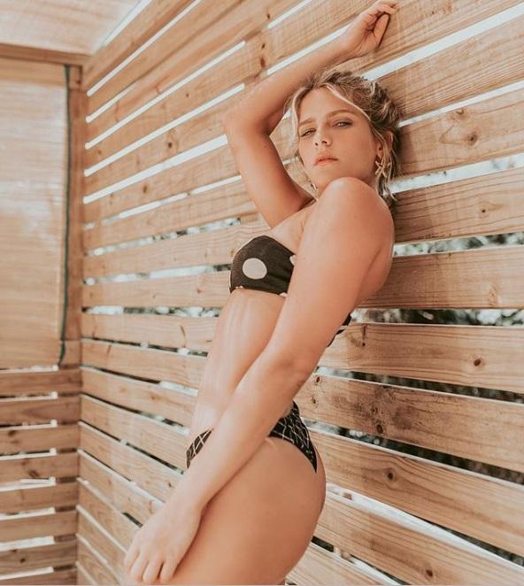 De biquíni, Isabella Santoni exibe corpaço em pousada de Noronha