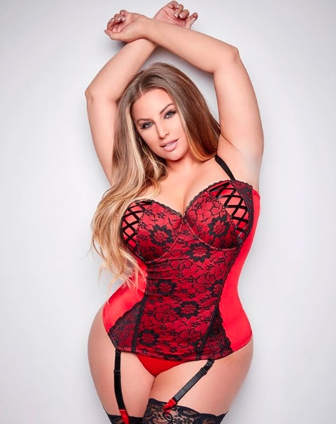 Modelo plus size Ashley Alexiss exibe curvas em pose de lingerie
