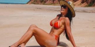 Fernanda D'avila mostra corpão na praia da Pipa e ensina segredo do bronzeado perfeito