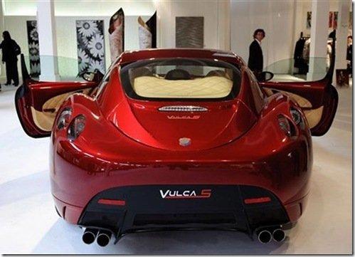 Carro que corre a 335 km/h é mostrado em Feira de artigos de luxo na Itália