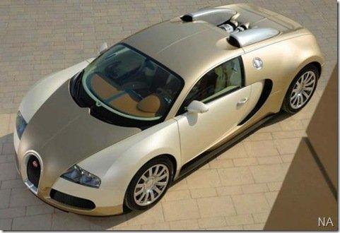 """Milionário """"pinta"""" Bugatti Veyron com ouro"""