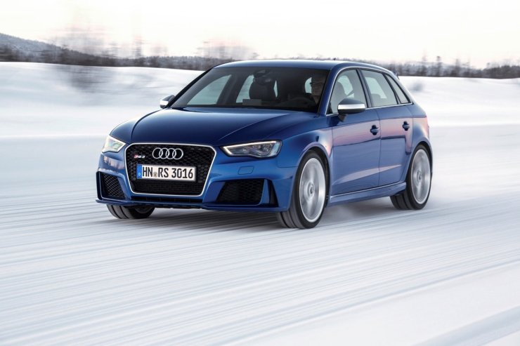 Fahraufnahme    Farbe: Sepangblau    Verbrauchsangaben Audi RS 3 Sportback 2.5 TFSI quattro:Kraftstoffverbrauch kombiniert in l/100 km: 8,3 - 8,1;CO2-Emission kombiniert in g/km: 194 - 189