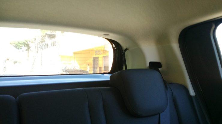 Coluna e braços da tampa da mala limitam a visibilidade traseira