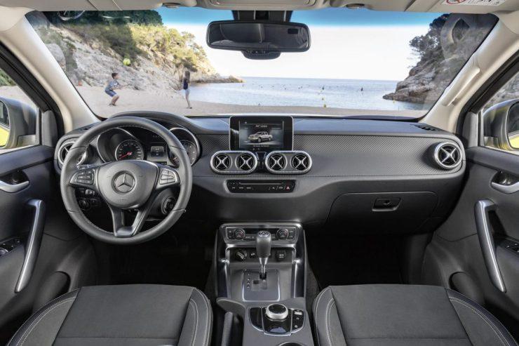 Interior da versão Power se distancia de um veículo para trabalho