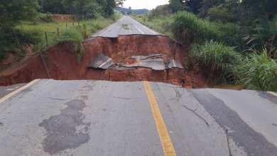 Photo of Asfalto cede e rodovia fica interditada na estrada que liga Coimbra a Ervália