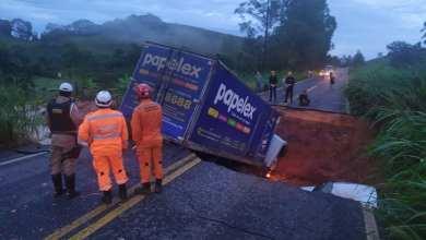 Photo of Cratera de aproximadamente 30 metros se abre na MG-133 entre Tabuleiro e Piau; 4 veículos são engolidos