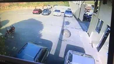 Foto de Roda de caminhão que passava na ponte do Silvestre solta e cai no estacionamento de empresa de ônibus