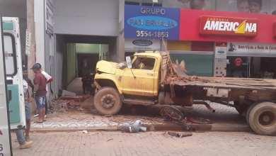 Photo of Homem fica ferido após caminhão desgovernado atingir a calçada de rua em Ervália