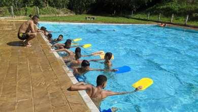 Photo of Aulas de natação e futsal são ofertadas para estudantes de escola pública