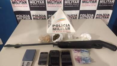 Photo of Dois homens são presos e um adolescente é apreendido com drogas no Triângulo Novo em Ponte Nova