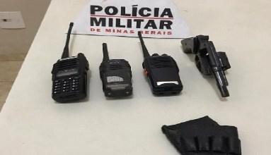 Foto de PM prende autores por posse de arma no Solar em Ubá