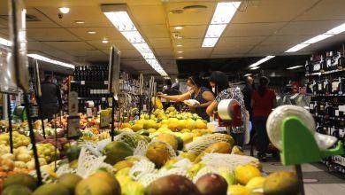 Foto de Confiança do Consumidor recua 0,7 ponto em novembro, diz FGV
