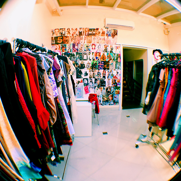 A sala de vestidos do brechó Capricho à Toa, em São Paulo