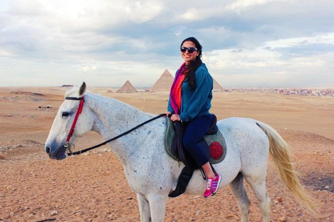 mariana em passeio de cavalo nas pirâmides, cairo, egito