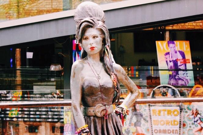 Estátua de Amy Winehouse em Camden Town.