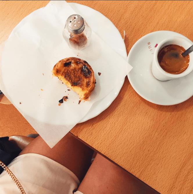 Pastel de nata e galão no Algarve, em Portugal
