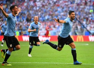 Uruguay baja a Rusia de su nube y avanza como líder