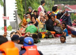 Inundaciones en Indonesia dejan 59 muertos y 25 desaparecidos